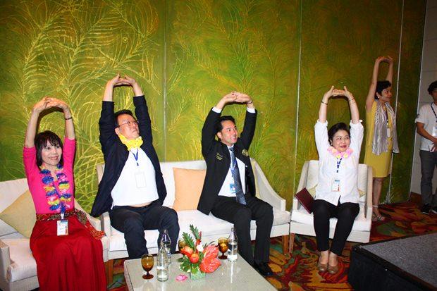 (Von links) Malyn Chulasiri, Yong Sang Song, Ittipol Kunplome, und Pintip Pongpech, begrüßen die Teilnehmer der Konferenz.