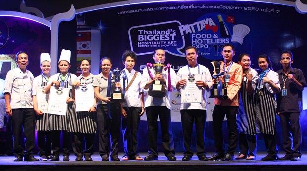 """Die Royal Cliff Hotel Gruppe gewinnt als erstes Team den Prinzessin Sirindhorn  Pokal für """"Thailand's Beste Gastlichkeit""""."""