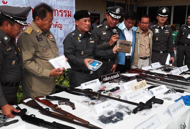 Stolz zeigen die Polizisten der Presse die beschlagnahmten Waffen.