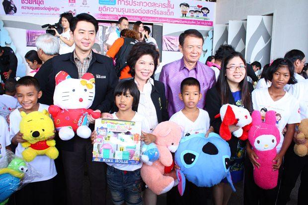Porames Ngampichet, (2. von links) und Banglamungs Distriktchef Sakchai Taengho, (3. von rechts) beim Erinnerungsfoto mit Stadträten und den beschenkten Kindern.
