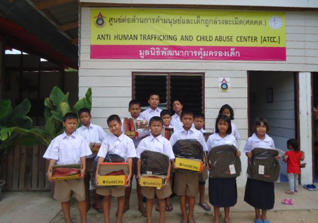 Die Kinder in ihren neuen Schuluniformen.