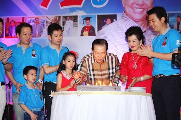 Santsak Jaroon Ngampiches (Mitte) bläst die Kerzen auf seiner Geburtstagstorte aus.
