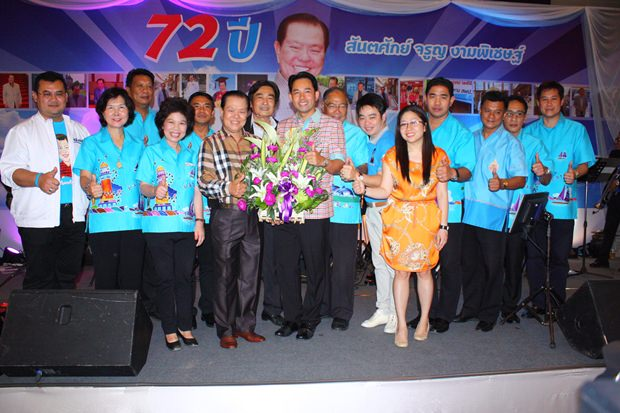 Bürgermeister Ittipol Kunplome und seine Mannschaft gratulieren dem Jubilar.