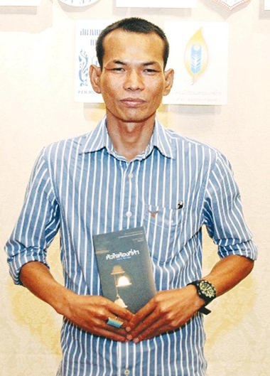 Angkan Chanhathip mit seinem erfolgreichen Buch.