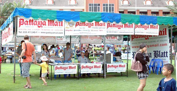 Angestellte von Pattaya Mail Publishing Co. Ltd. verteilen kostenlos Zeitungen.