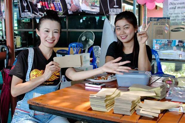Der Kauf von Losen ist ein MUSS bei der Fair – auch für YWCA's Praichit Jetpai.