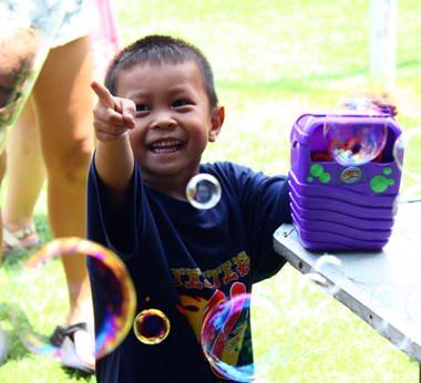 Bubbles bringen Lächeln auf die Gesichter der Kinder.