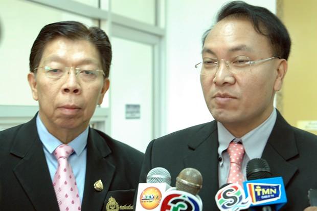 Apichart Thepnu, der Oberste Richter in Pattaya bei der Pressekonferenz (ganz rechts).