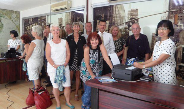 """Einige der Mitglieder des Deutschen Hilfsvereins bei der offiziellen Eröffnung des neuen Büros am 5. September 2013. Ganz rechts die neue Büroleiterin  Marayard """"Ta"""" Oohpu."""