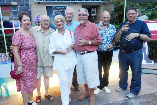 Bei der gemütlichen Weinprobe versammeln sich (von links) Judith & Les Edmonds, Marge Allison, John Stroosnyder, Alec Allison, Noel Wittoeck and Tony Heron.