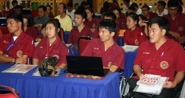 Schüler der Berufsschule hören den Ausführungen interessiert zu.