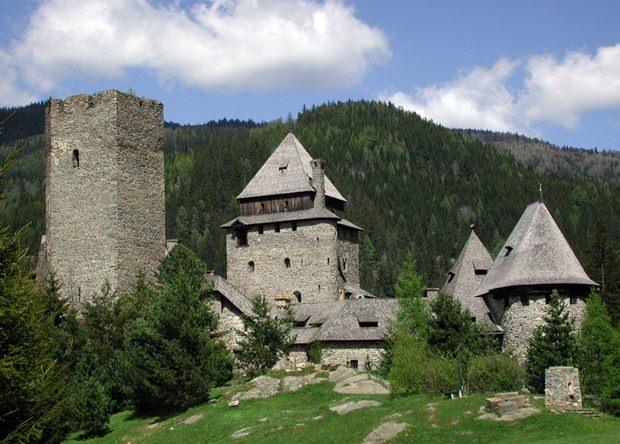 Mit Fluch beladen: Die Burg Finstergrün.