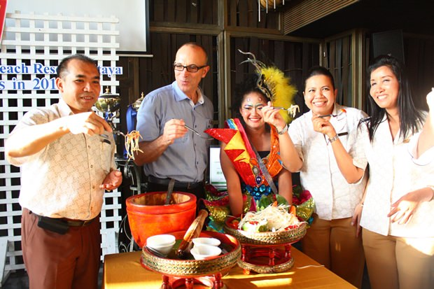 """Generalmanager Robert John Lohrmann(2. Von links) und einige seiner Angestellten verkosten """"Somtam"""", zubereitet von der Drittplatzierten in der Pattaya Food & Hoteliers Expo 2013, Thunaporn Petboot."""