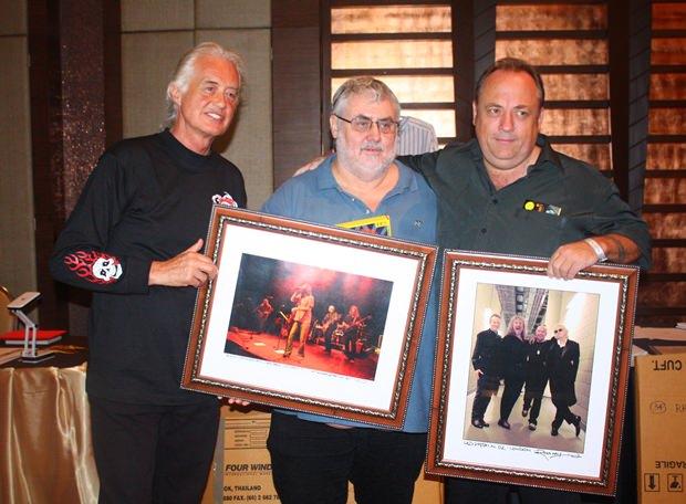 (Von links) Jimmy Page mit Phil Chester & Terry Hermansen und ihren Ersteigerungen.