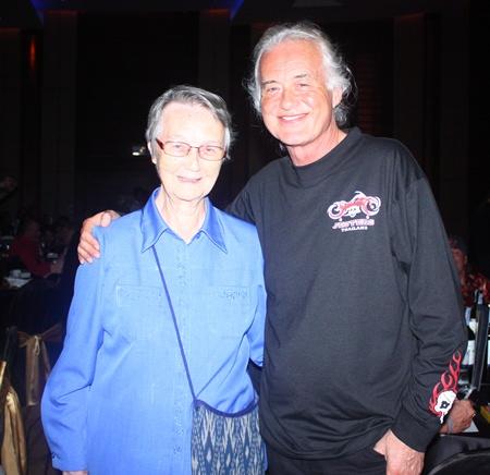 Jimmy Page bedankt sich bei Schwester Joan für all die Arbeit und Bemühungen für die Kinder des Fountain of Life.