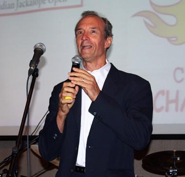 """Jesters Care for Kids Wohltätigkeits-Vorsitzender  Lewis """"Woody"""" Underwood begrüßt die Gäste und dankt den Sponsoren."""