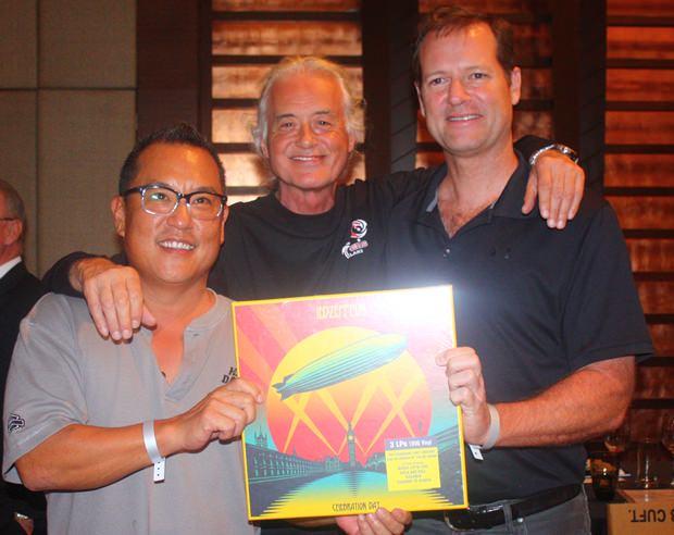 "(von links) John Bahng, Jimmy Page und Roger Cross mit dem signierten signed ""Led Zeppelin Celebration Day"" Vinyl Set."