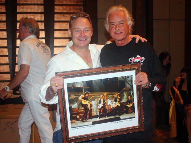 """Jimmy Page (rechts) und Donnie Barker mit dem """"Ross Halfin Rock n Roll of Fame"""" Foto."""