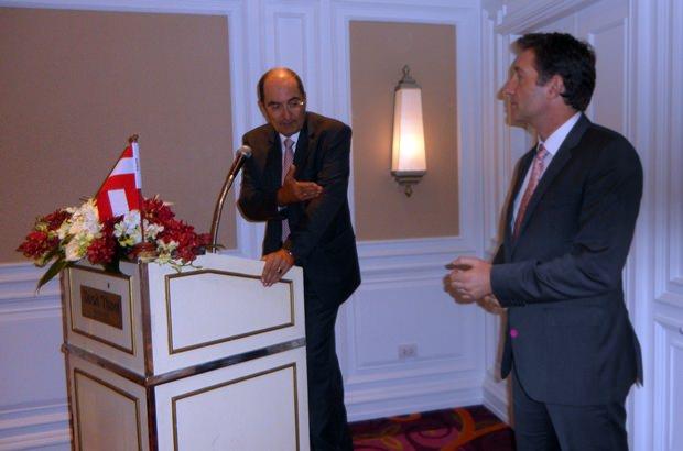 Wirtschaftsdelegierter Dr. Gustav Gressel stellt den Botschafter vor.