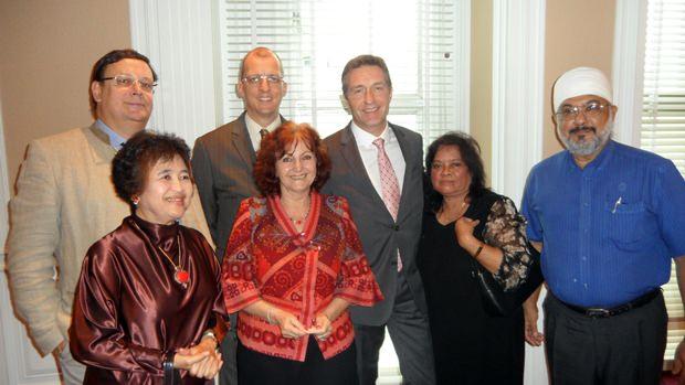 Auch Pattaya war vertreten in Bangkok. (Von links hintere Reihe) Werner Kubesch, Harald Feurstein, der GM vom Konrad Hotel Bangkok, Seine Exzellenz Botschafter Enno Drofenik, Wanna und Bill Malhotra. (Vorne von links) Navarat Kitiyakara und Elfi Seitz.