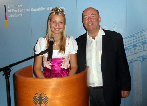 Der Deutsche Botschafter Rolf Schulze stellt die fränkische Weinkönigin Marion Wunderlich vor.