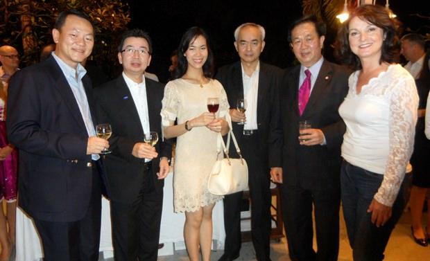 Die Gattin des Deutschen Botschafters, Petronella Schulze unterhält sich mit hochgestellten thailändischen Gästen.