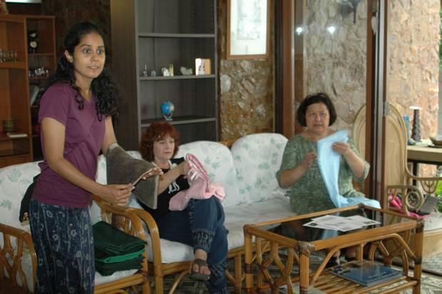 Alvi (rechts) zeigt ihre handgearbeiteten Tischdecken.