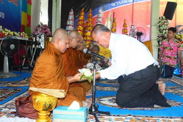 Suwat Nongyai (rechts), überreicht Mönchen Blumen zum Dank für die Zeremonie.