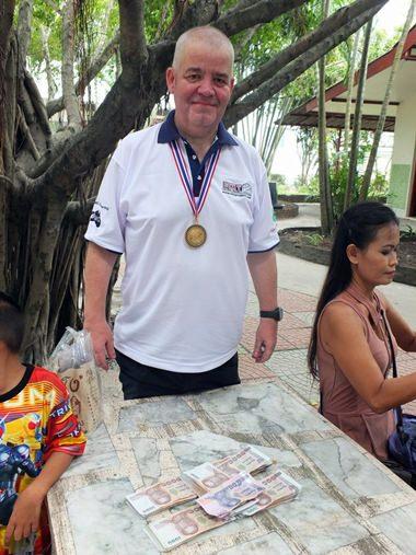 Paul bei der Übergabe des Geldes im Camillian Center – rank und schlank.