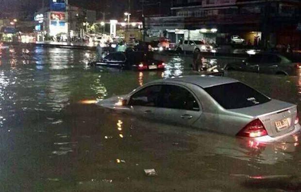 Dieser Autofahrer musste zu seinem Leidwesen feststellen, dass sein Wagen kein Amphibienfahrzeug ist.