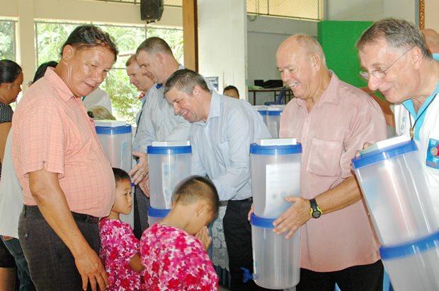 Die wichtigen Wasserfilter für sauberes Trinkwasser werden übergeben.
