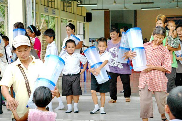 Die Kinder bringen die Filter nach Hause zu ihren Eltern.