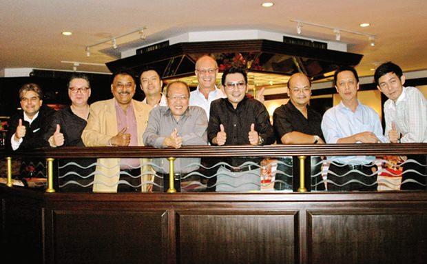 Das Gemeinschaftsfoto der GM-Gang: (von links) Tony Malhotra (Pattaya Mail), Jorge Carlos Smith (GM Hard Rock Hotel), Peter Malhotra (Pattaya Mail), Nopporn Kanchanamanee (Bezirksverkaufschef von Thai Airways, Pattaya), Chatchawal Supachayanont (GM Dusit Thani Pattaya), Philippe Delaloye, Prayuth Thamdhum (GM Montien Pattaya), Chonlatee Nakamadee, (GM dusitD2 Baraquda Pattaya), Neoh Kean Boon (RM Dusit Thani Pattaya), Sanpech Supabowornsthian (GM Long Beach Garden Hotel & Spa Pattaya).