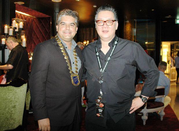 Tony Malhotra (links) unterhält sich mit Hard Rock Hotel Generalmanager Jorge Carlos Smith.