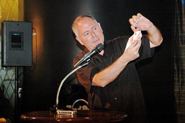 Howard Posener zeigt gelungene Kartentricks.