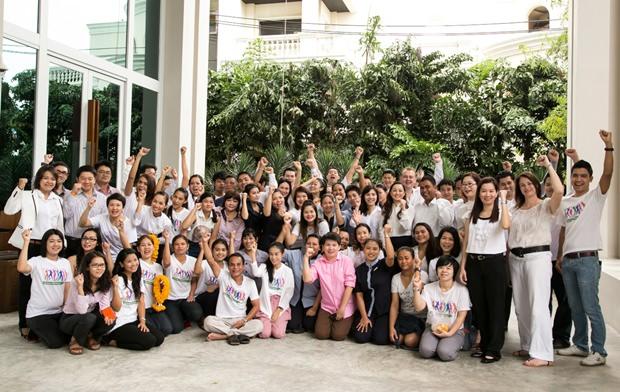 Die gesamte Belegschaft des Holiday Inn Pattaya feiert den 4. Jahrestag.