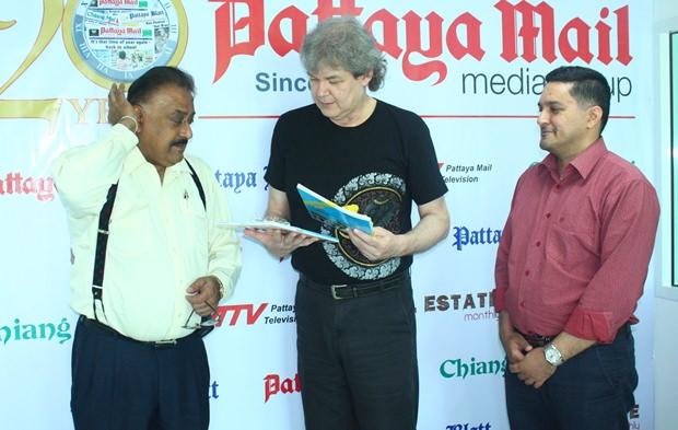 Der geschäftsführende Direktor der Pattaya Mail Media Group, Pratheep 'Peter' Malhotra (links) und Generalmanager Kamolthep 'Prince' Malhotra (rechts) überreichen Hucky Bücher über den König von Thailand.