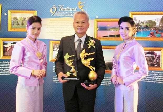 Tourismus- & Sportminister Somsak Phurisisak überreichte den wertvollen Preis im  Impact Stadion am Welt-Tourismustag an Somsak Tanruengsri (Mitte), den Generalmanager des Pattaya Marriott Resort & Spa, der sich hier mit den Trophäen ablichten lässt.