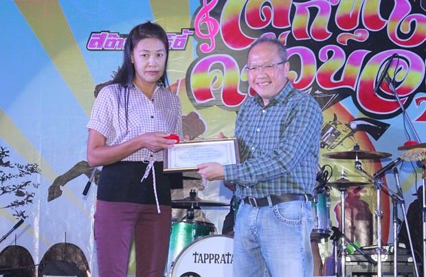 Generalmanager Chatchawan Suphatyanont (rechts), überreicht den Preis an Yuphin Tochaona, die beste Mitarbeiterin des Jahres 2013 wurde.