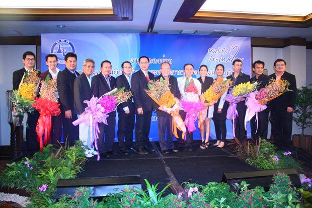 Pattayas TAT Direktor Attapol Wannakij (7. von links) und Vizebürgermeister Weerawat Khakhay (rechts) beim Gruppenfoto mit den Vertretern der neun ausgezeichneten Geschäfte und Hotels.