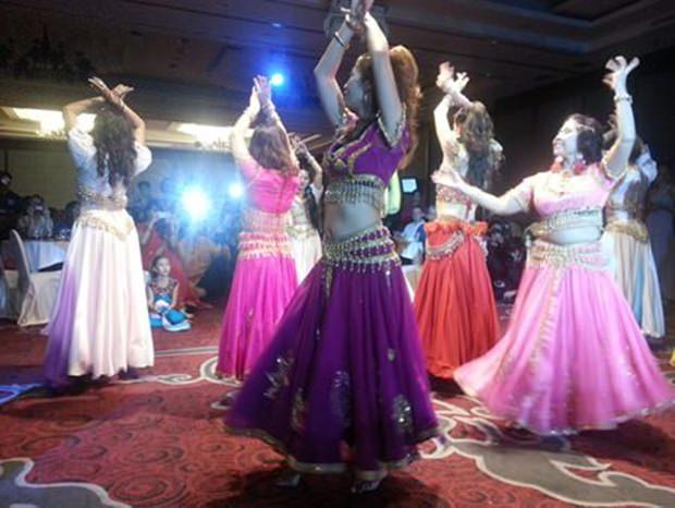 Thailändische Tänzerinnen – auf indisch getrimmt - zeigen alles, was sie haben.