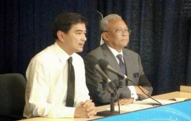 Abhisit und Suthep bei der Pressekonferenz.