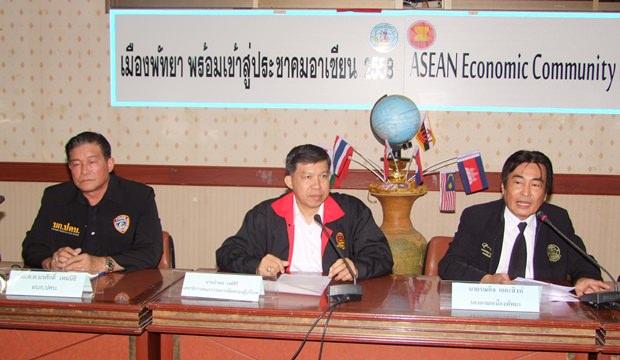 (Von links) Polizeigeneralmayor Norasak Hemnitti, Ampol Wongisiri, Sekretär des Verbrauerschutzkomitees und Vizebürgermeister Ronakit Ekasingh.