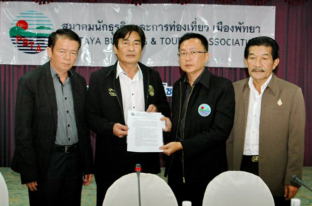 (Von links) Bezirkschef Sakchai Taengho und Vizebürgermeister Ronakit Ekasingh erhalten die Papiere von Sinchai Wattanasartsathorn und Sa-nga Kitsamret überreicht.