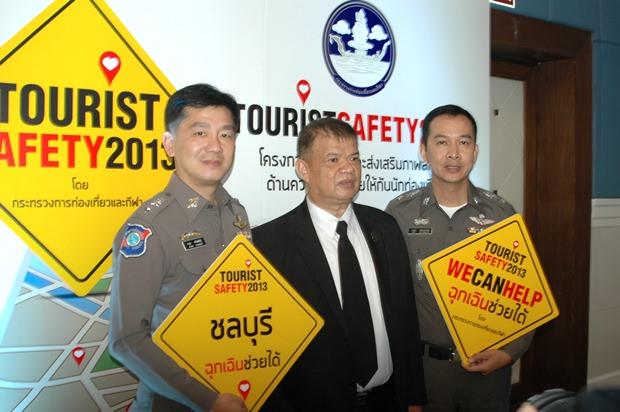 (Von links) Polizeioberstleutnant Arun Prompan und Tarathip Meelaksana von der Tourismus- und Sportorganisation Chonburi, sowie Polizeioberstleutnant Enaek Sratongyu halten das Projektlogo hoch.