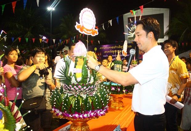 Bürgermeister Ittipol Kunplome überreicht den Preis an das Wat Pot 1 Team für den schönsten Krathong.