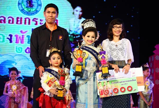 Miss Fotogen 2013 Chayanut Thanyahan und Miss Noppamas 2013  posieren für die Fotografen nach ihrem Sieg.