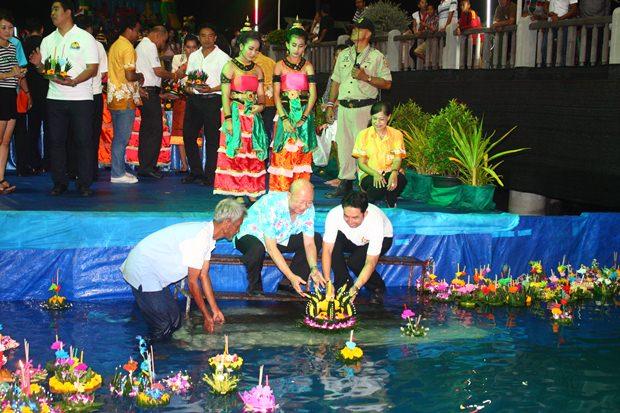 Bürgermeister und Vizebürgermeister setzen ihre Krathongs aufs Wasser in Naklua.