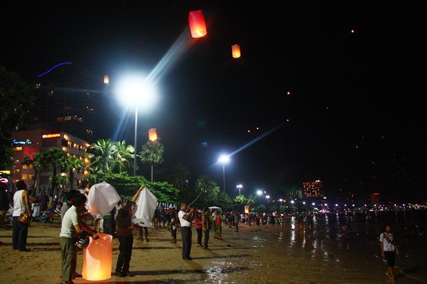 Touristen und Einheimische lassen die Lichterballons hoch in die Lüfte fliegen.