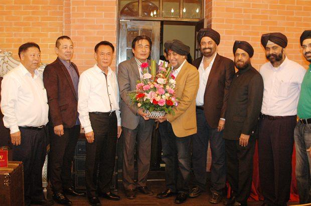 Vizebürgermeister Ronakit Eaksingh (4. von links) übereicht Blumen an Surjeet Sing Chawala (4. von rechts).